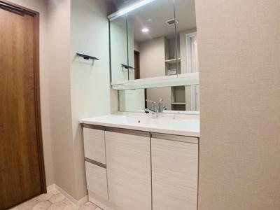 お子様に嬉しい低い位置の鏡「チャイルドミラー」を搭載した洗面台です。家族の笑顔が溢れる邸宅へ。