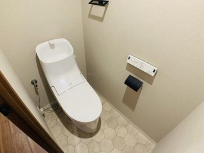 毎日使う場所だからこそシンプルに。隙間にホコリなども溜まりづらいスタイリッシュな造形のトイレを採用。