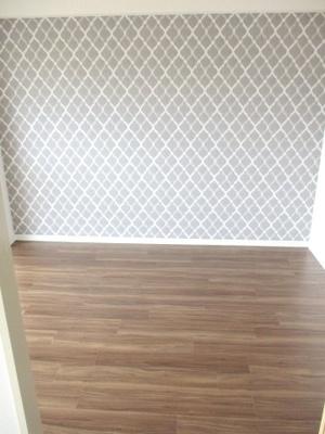 床がシックなカラーなので引き締まった印象です。