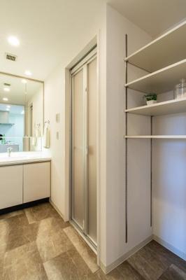 【現地写真】 洗面室には、収納棚もあり、バスタオル等も、綺麗にまとめて頂けます♪