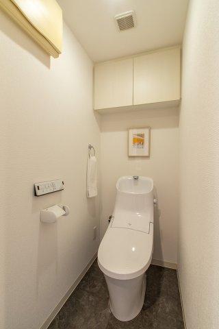 【現地写真】  トイレ新品♪ ウォシュレット付き♪ 清潔感溢れるトイレ。落ち着いた空間で安らぎのひとときをお過ごしいただけます♪
