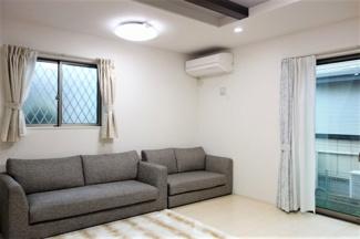 窓からの自然光が開放感と温かさをお住まいに差し込みます