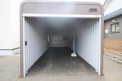 奥行きの広いガレージ! 本物件は駐車3台可能です!