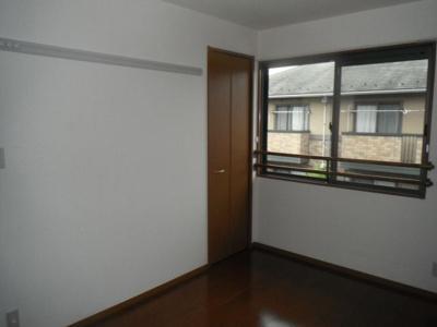 6帖の洋室。ちょっとした収納スペースのあります。