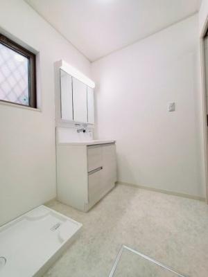 洗面所には新調し立ての洗面化粧台がございます。 窓から採光と通風を取り込めかい的です。