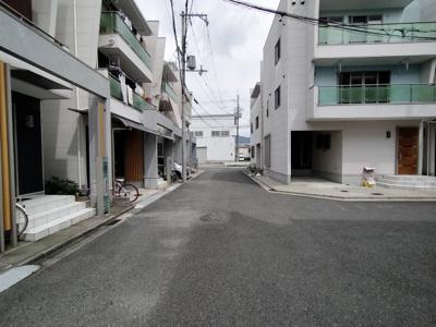 全面道路も広く、閑静な住宅街で落ち着いた暮らしができますね。