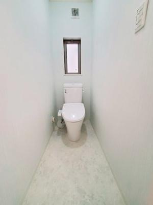 白を基調とした、清潔感のあるトイレです。