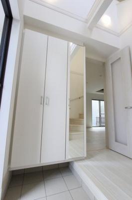 収納もある玄関です:建物完成しました♪♪毎週末オープンハウス開催♪八潮新築ナビで検索♪