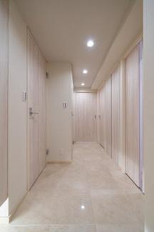 2021年9月3日撮影 白を基調とした清潔感のある玄関です♪