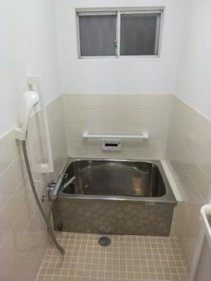 浴室にも窓があり換気もバッチリですね♪