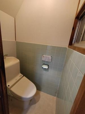 温水洗浄便座完備のトイレです。 1階にございます。