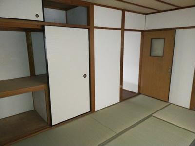和室(6.0帖):布団等の収納に便利な押入あり。 各部屋に収納がございます。