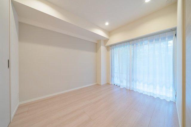 バルコニーに面した洋室にはウォークインクローゼットを設置 各居室収納がございます
