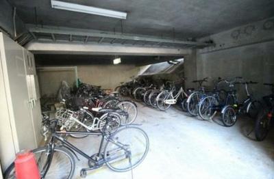 千歳烏山ロイヤルマンションの駐輪場です。