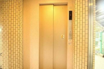 千歳烏山ロイヤルマンションのエレベータ―です。