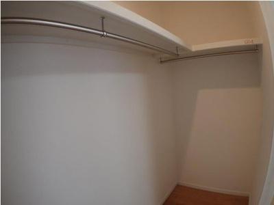 ◆洋室5.5帖にあるウォークインクローゼットです◆収納スペースも充実しておりますのでお部屋もすっきりとご利用頂けます♪(2021年7月リフォーム完了)