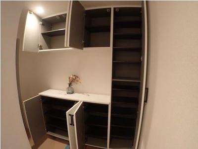 ◆玄関の収納スペースはたっぷりとした容量がございます。足元のオシャレも十分に楽しんで頂けます。