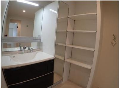 ◆洗面化粧台の横には大容量の棚がある為、収納には困りません。(2021年7月リフォーム完了)