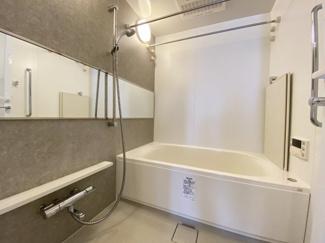柔らかなカラーで清潔感を醸すバスルーム。一日の疲れを癒す寛ぎの空間です。 令和3年8月23日撮影