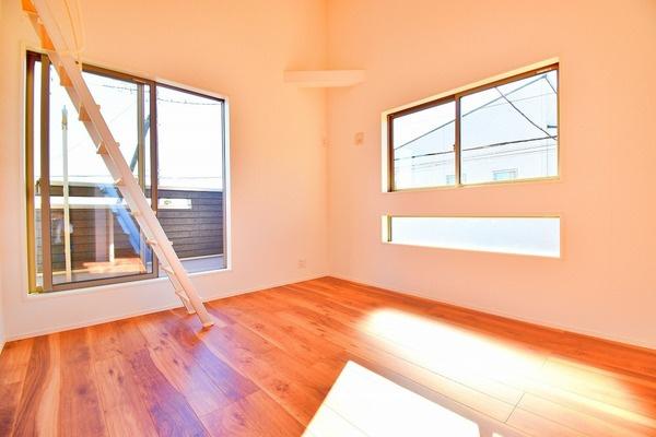 寝室にしてもよし!勉強部屋にしてもよしの洋室です。 広々とした落ち着きある空間。