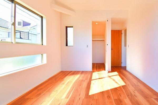 明るい洋室には、WICもあるので収納にも困りません! 荷物が多いい方にも安心です。