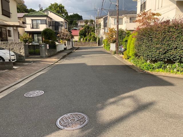 【前面道路含む現地写真】藤沢市亀井野 中古戸建