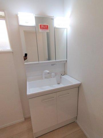 三面鏡タイプの洗面台。鏡の裏は収納スペース。細々した洗面用品の収納に役立ちます♪シンク下も収納も可。