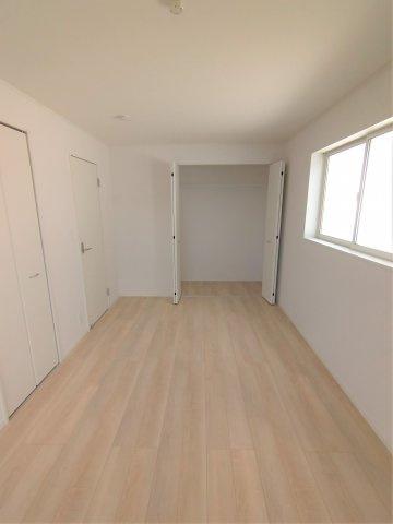 8.2帖の広々とした主寝室。クローゼットが2ヶ所にあるので収納に困りません♪