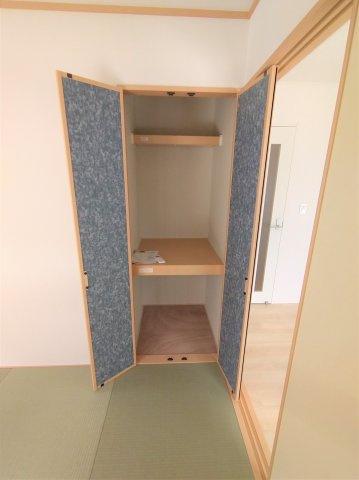 和室収納。奥行のあるコンパクトな収納スペース。来客用の座布団やお布団の収納に最適♪