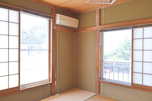 2階和室(6帖)、2面採光で明るい光が入ります