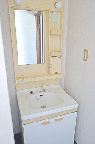 独立洗面台あり、広々とした洗面・脱衣所です。
