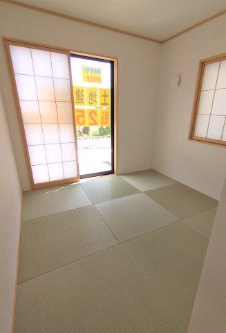 客間として使いやすい独立和室。洗濯物を畳んだり、お子様の遊ぶスペースにしたりもできますね♪