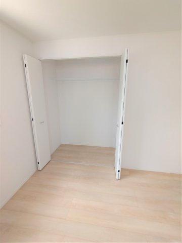 洋室クローゼット。全居室収納完備。成長するにつれ増える荷物も収納があれば安心です♪