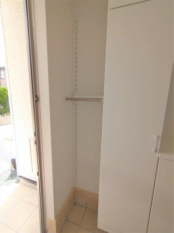 シューズボックス横収納スペース。可動式で高さを変えることができます♪ご家庭に合った使い方ができます♪