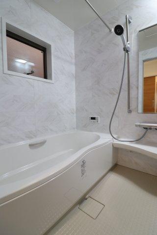 お子様と一緒に楽しめる大きなお風呂♪ 汚れの目立ちにくい鏡面仕上げもおススメです♪ (当社施工例)