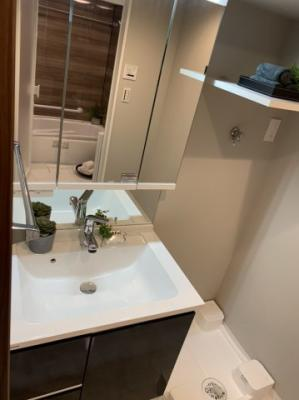 新規洗面台交換 新規洗面台床タイル交換 新規洗濯防水パン交換 シャワーヘッド付き