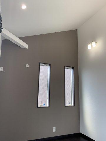 天井が高く開放感のある寝室となっております