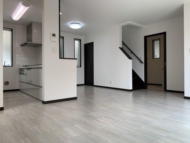 白を基調としたLDKとなっており、清潔感のある雰囲気となっております。
