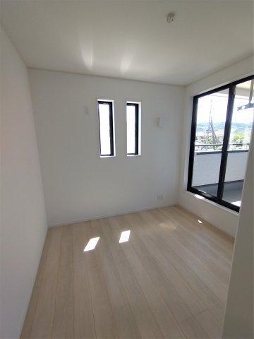 バルコニー横洋室。重い布団などらくらく干すことができます♪2面窓で日当たり、風通し◎