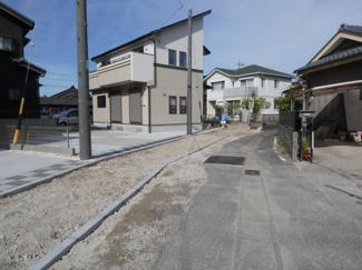 碧南市西浜町3丁目新築分譲住宅前面道路写真です。北東側約2.5mに接道
