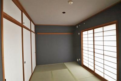 キッチン横の和室は押入、天袋付きです。