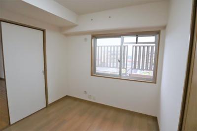 LD横の2WAY洋室約5.3帖。引き戸ですので開け放してリビングと一続きとしても
