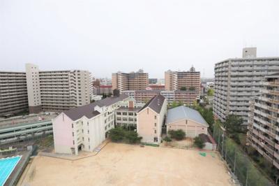 西側の眺望 高見小学校に隣接のマンションです。