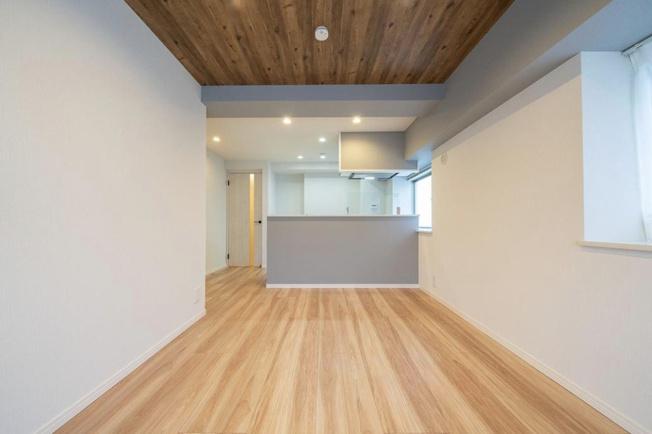菊川グリーンハイツ:約12.2帖のリビングダイニングキッチンは2面採光のお部屋となっております!リビングダイニングから南向きワイドバルコニーへ出ることが可能です!