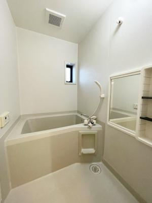 清潔感のある浴室です♪ゆったりお風呂に浸かって一日の疲れもすっきりリフレッシュできますね☆浴室には窓があるので湿気対策OK!