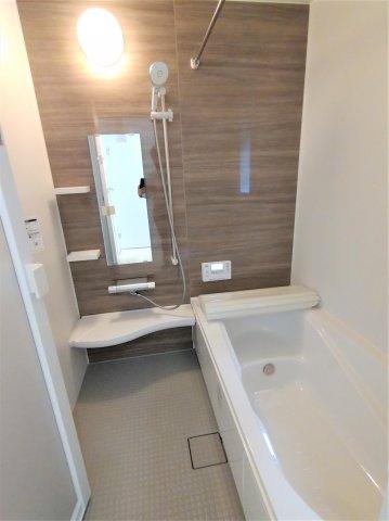 床は水はけが良く、キレイで滑りにくい。節水効果有のシャワーヘッド。浴槽内ベンチ有。浴室乾燥暖房機付。
