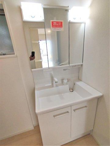 三面鏡タイプの洗面台。鏡の裏は収納スペース。細々した洗面用品の収納に役立つ♪シンク下も収納できます。