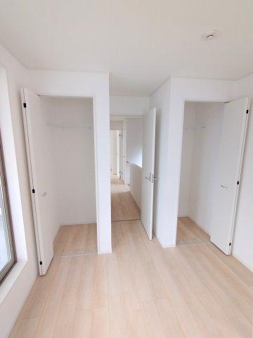 収納豊富な洋室。成長するにつれ増える荷物も収納があれば安心です♪扉付きで生活感を隠せます!