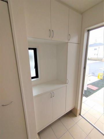 壁一面のシューズボックス。可変性の棚なので大容量の靴だけでなく、アウトドア用品も収納できます。