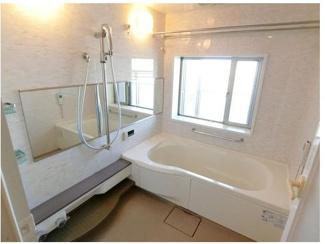 換気にも便利な窓がある1620サイズのゆったりとした浴室です。浴室暖房換気乾燥機・ミストカワック完備♪一日の疲れを癒してください♪